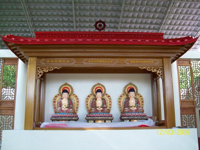 左为弥陀佛,中为释迦佛,右为药师佛