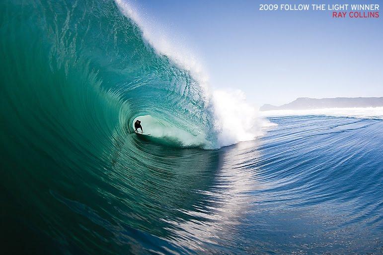 deslizarse sobre las olas del mar de pie sobre una tabla