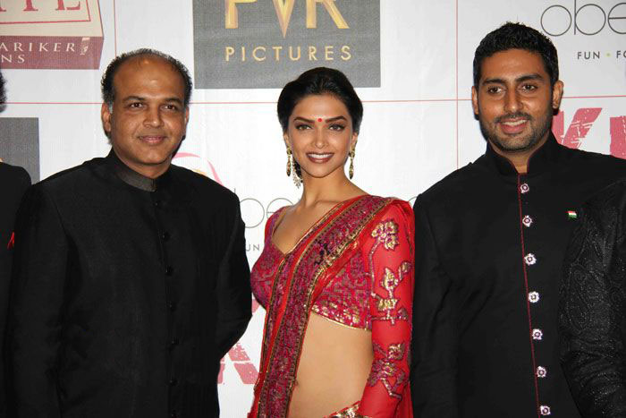 deepika padukone at khjjs premiere cute stills