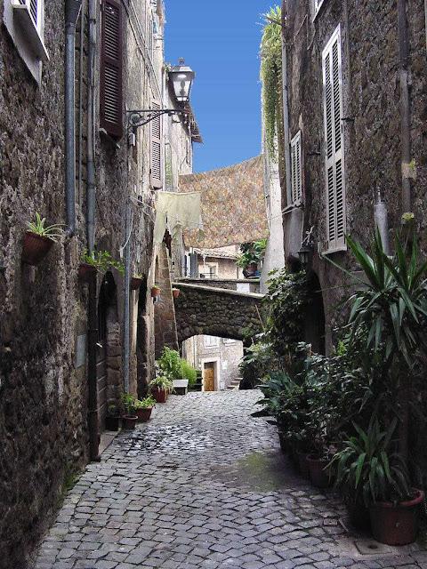 Genazzano, rua tipica, cidade medieval