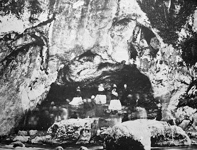 Uma das primeiras fotos da gruta das aparições. Pode se ver ainda as pedras que obstruiam o acesso e o córrego que deteve a Santa Bernadette