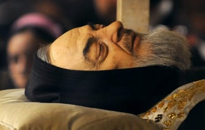 Corpo do Padre Pio na urna de cristal