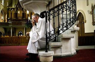 Padre rockeiro em igreja vazia; Nova York, 2007
