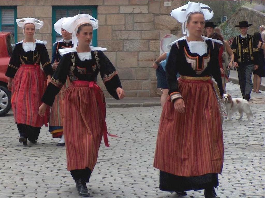 Cada família e região gerava seu estilo de roupas e apresentação. Na foto, vestimentas típicas de uma aldeia da Bretanha, França.