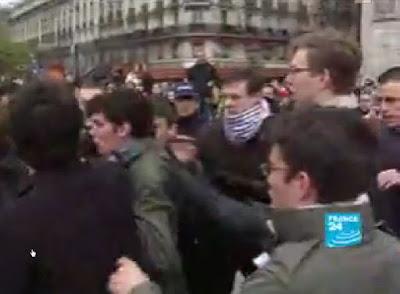 Militantes verdes e comunistas tentaram impedir saida de fieis da catedral de Paris