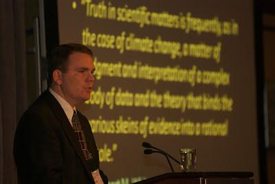 Craig Idso, Ph.D.,  presidente do Center for the Study of Carbon Dioxide and Global Change. Washington D.C, 2 de junho de 2009
