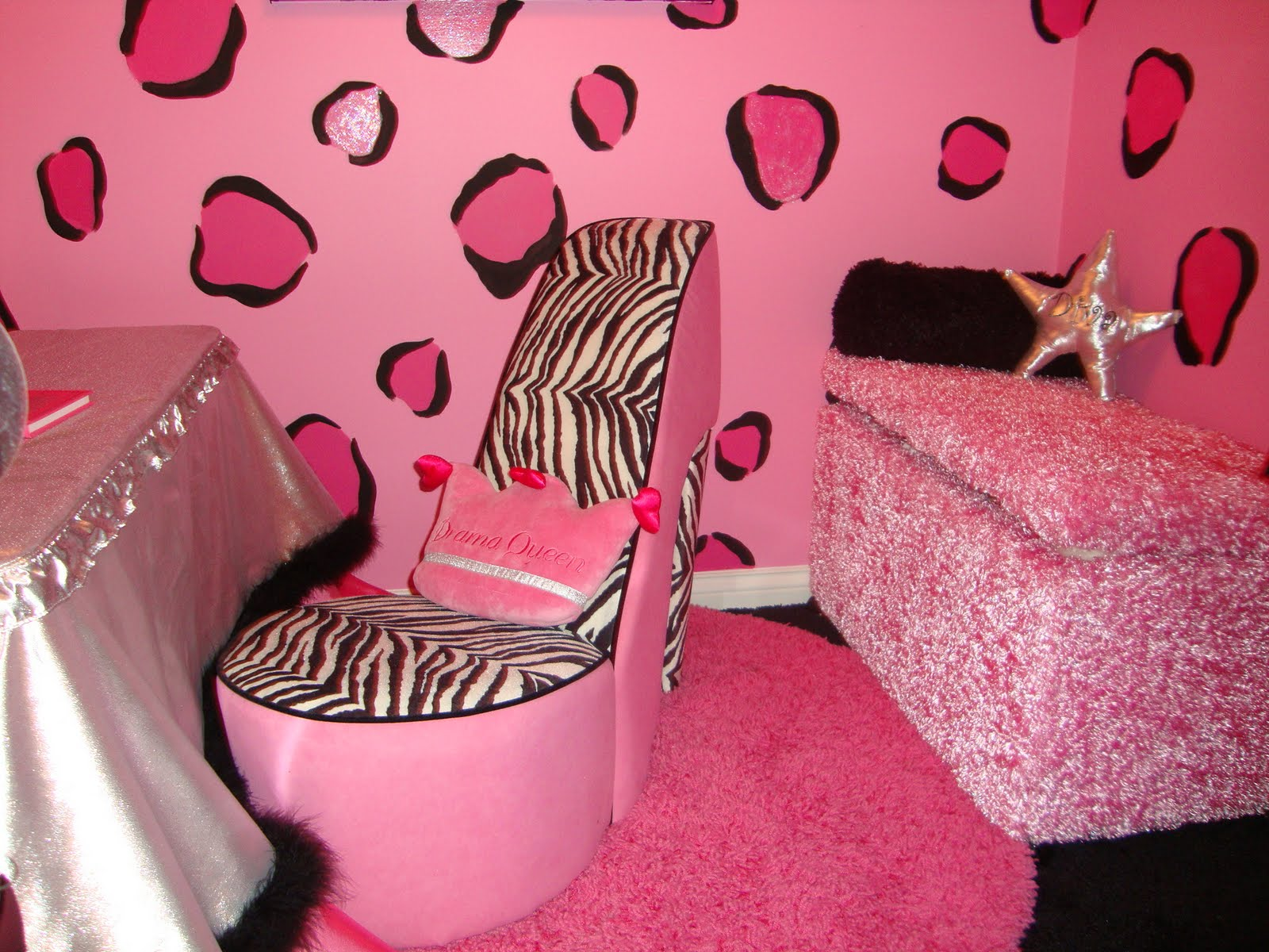 Fashionable teen hangout lounge design dazzle for Black and pink wallpaper for bedroom
