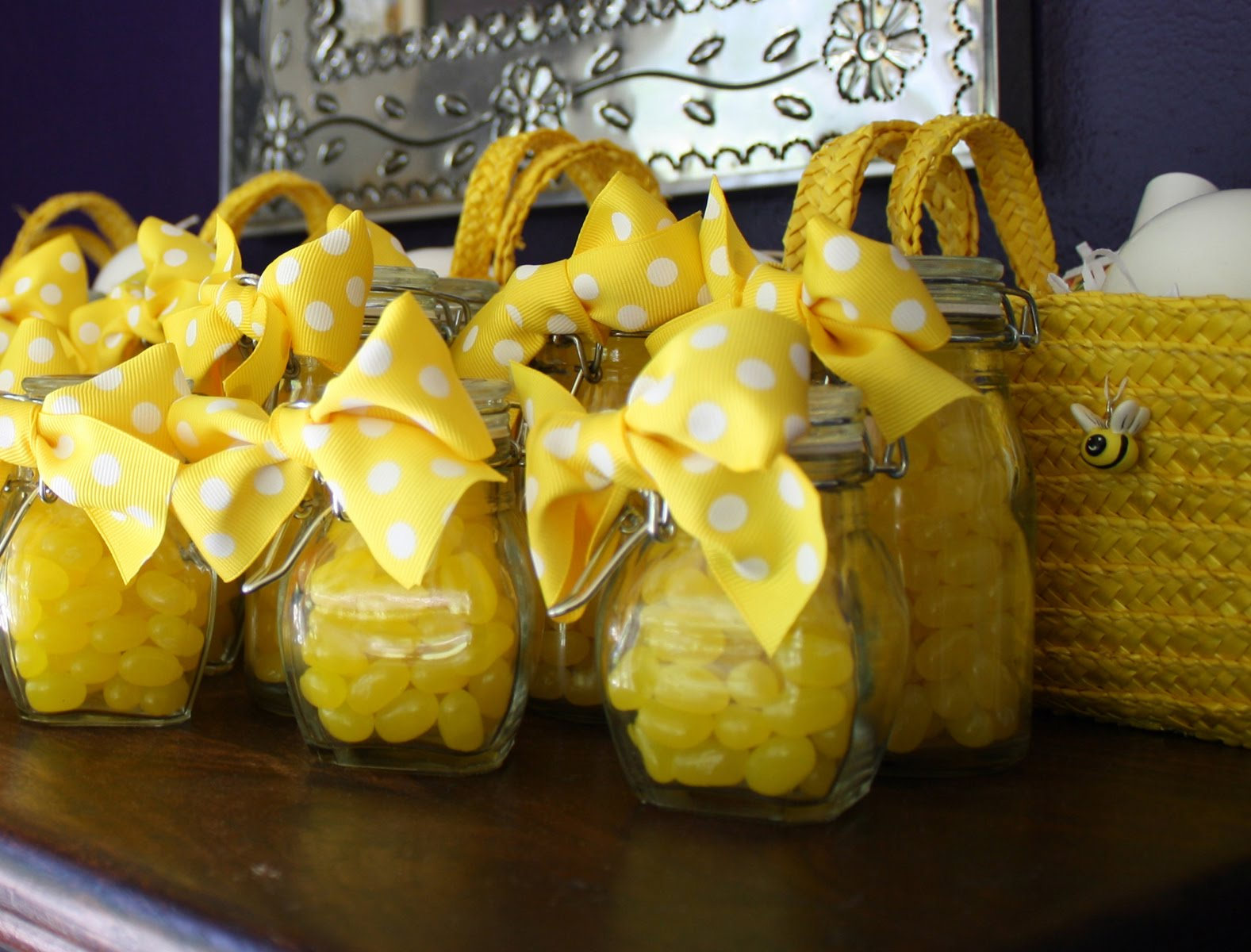 Parties yellow black white and bees design dazzle for Bee decorations for the home