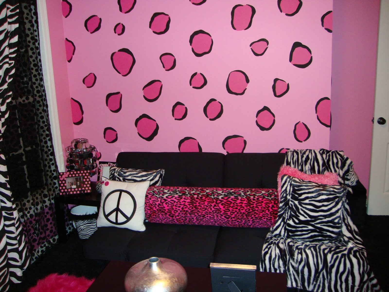 Pink and Zebra Print Girls Bedroom 1600 x 1200
