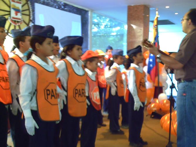 Patrulleros cantando el Himno del Patrullero Escolar