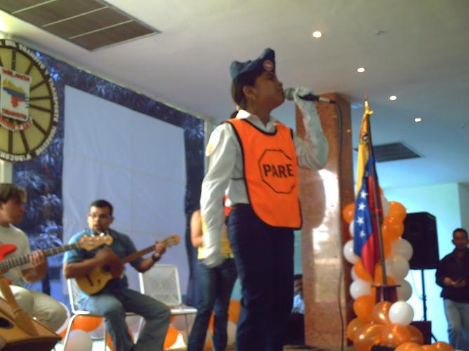 Frandia Palencia cantando en el VII festival de la Voz del patrullero Escolar