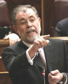 martillo de herejes señala con el dedo acusador