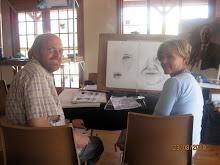 Celia kry hulp by Willie Jacobs om gesigstrekke reg te kry