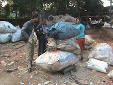 Menimbang Sampah Plastik