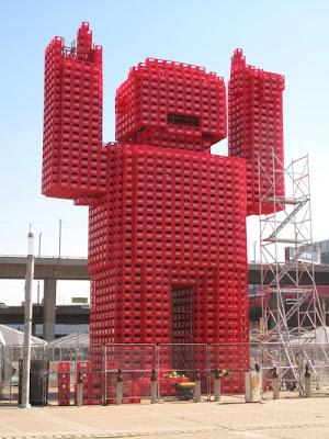Monstras iš Cocacolos buteliukų dėžių