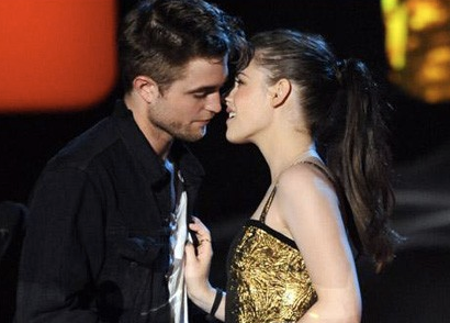 kristen stewart and robert pattinson new moon kiss. New Moon cleaned up good,