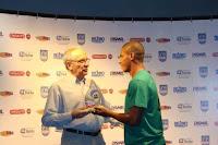 Foto: Ueliton recebendo o prêmio de outro jogador do Vitória ausente