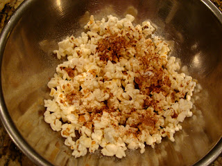 Popcorn in bowl with cinnamon and stevia