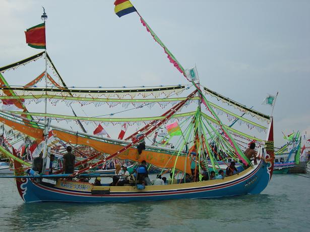 Rituel du petik laut, cérémonie annuelle au cours de laquelle des offrandes sont offertes à la mer nourricière. Habitants d'une île aux sols pauvres et aride, les Madurais se sont tôt tournés vers la mer pour assurer leur subsistance (http://kamar-kosong.blogspot.com).