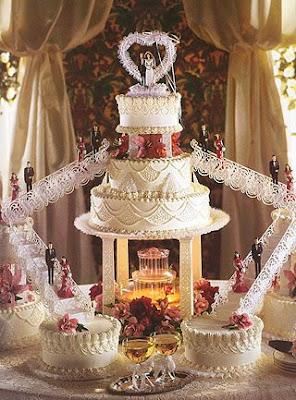 ... Hochzeitstorte mit schönen Treppen und Hochzeitsfiguren als Deko