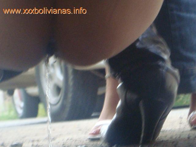 mujer meando en la calle: