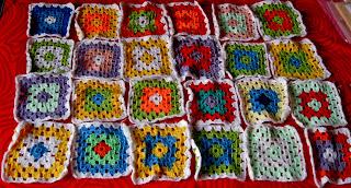Primo lavoro ad uncinetto, semplici piastrelle unite insieme per una coperta patchwork