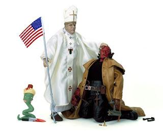 Benedicto XVI hostigando a Hell Boy