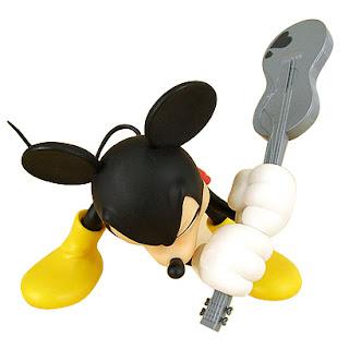 mickey mouse rompiendo una guitarra