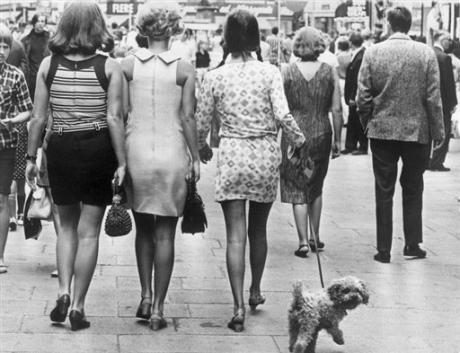 des femmes en jupe