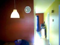 Image de mon chez moi, avec les couleurs vives et ma lampe Ikea