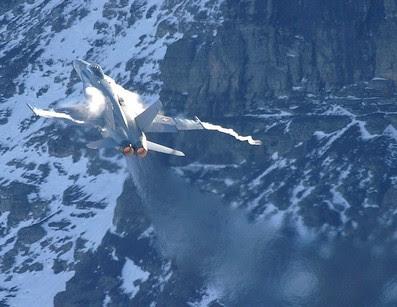Scie di condensazione dovute al repentino cambiamento del profilo aereodinamico del velivolo.