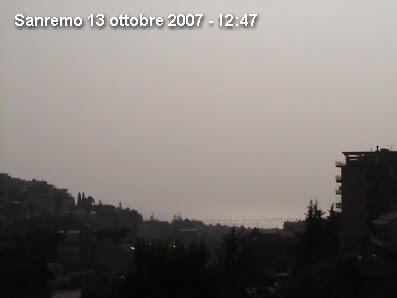 Sanremo oscurata dalla nebbia artificiale.