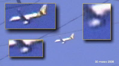 Un drone, presumibilmente impegnato in un'operazione di rilevamento elettronico, sorvola a bassa quota un'area abitata