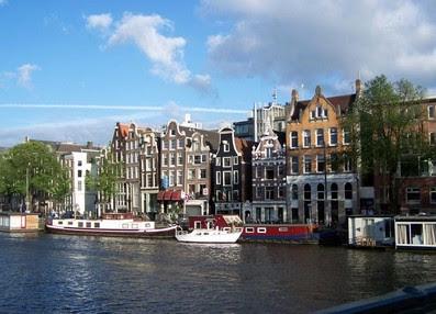 Scie chimiche ad altezza cumulo su Amsterdam