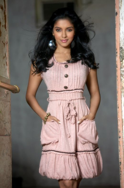 Asin In Skirt Hot Pictures