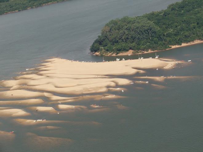 Banco de arena de la Isla San Francisco a 700 metros por agua del Camping Piedras Coloradas-Colón