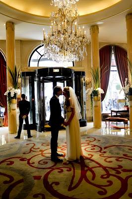 mariage, paris, plaza athenee, wedding, portrait Noir et Blanc, Tri-X film, portrait de couple