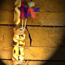 Bambu tratado e forjado a fogo com desenhos tribais.