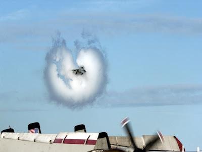 Cuando un avión se acerca a la velocidad del sonido, la forma en que el aire