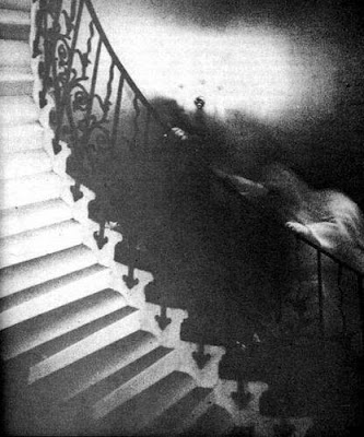 P.O MILENIO BIZARRO (Paranormal, criptozoología...) Ghost_on_stairs_lg