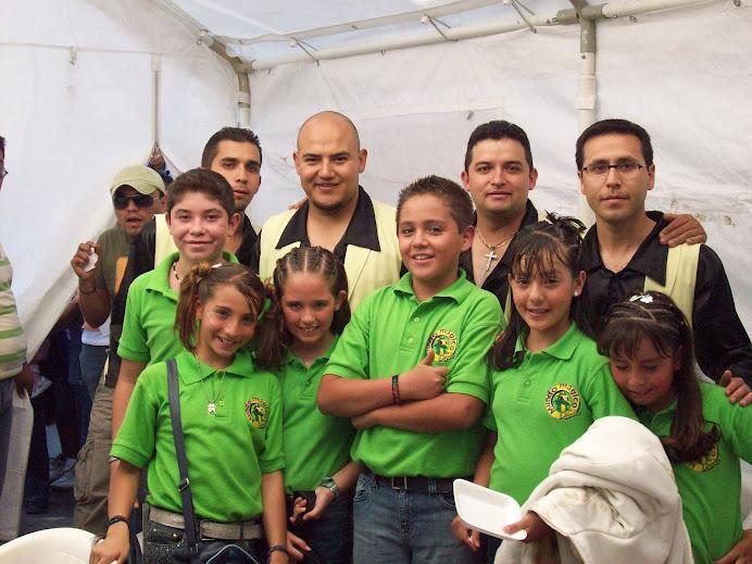 Grupo Erandi con Chavitos Conductores del programa Mundo Mágico