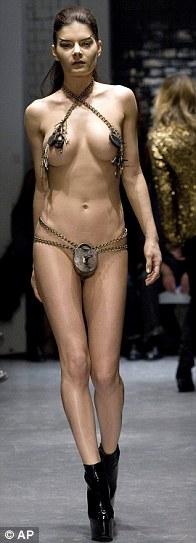 modniy-pokaz-golie-modeli