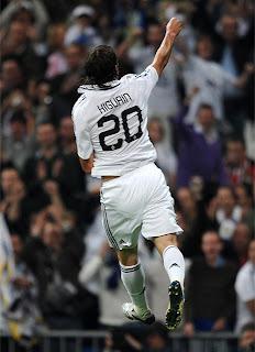 Higuaín celebra unos de sus goles al Athletic