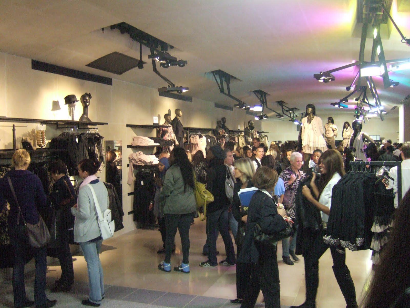 coconut lipstick inauguration du store h m champs elys es par l 39 architecte jean nouvel. Black Bedroom Furniture Sets. Home Design Ideas