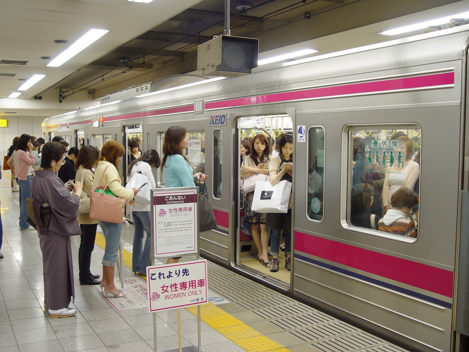 Приставания к девушкам в общественном транспорте 9 фотография