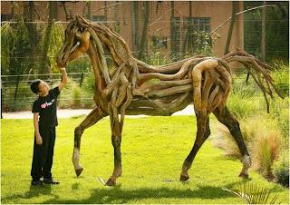 criança brinca com cavalo