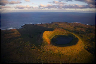 Vulcão Rano Raraku na Ilha de Pascua, Chile