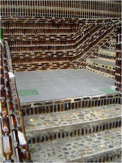 Escada construída com garrafas de vidro