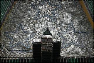 Estrelas feitas com garrafas de vidro