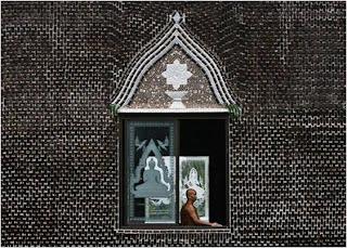 Monge em templo budista